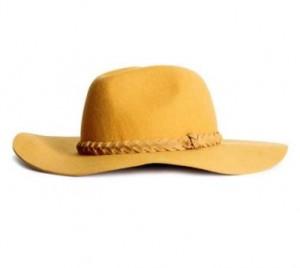 Chapeau jaune 300x268 - Une couleur : le jaune moutarde