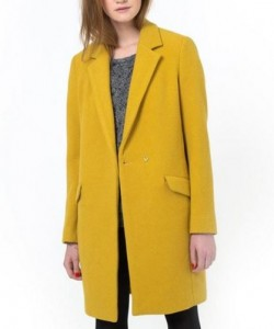 manteau jaune 250x300 - Une couleur : le jaune moutarde