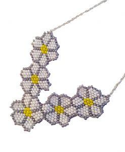 collier-fleurs-marguerite-fait-main-fantaisie-la-touche-finale